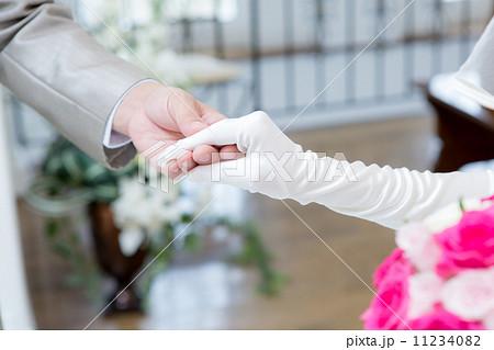 手を取る 結婚の写真素材 Pixta