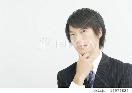 顎に手を添えるの写真素材 Pixta