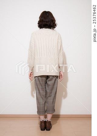 後ろ姿 ファッション ポーズ 女性の写真素材 , PIXTA